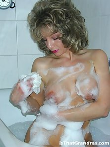 Blondie milf Laura getting nasty in the bubble bath