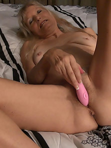 Old sweet mature from usa masturbates solo hairy pussy